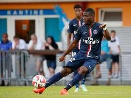 Franck Bambock golpea en largo en un encuentro del PSG. Twitter