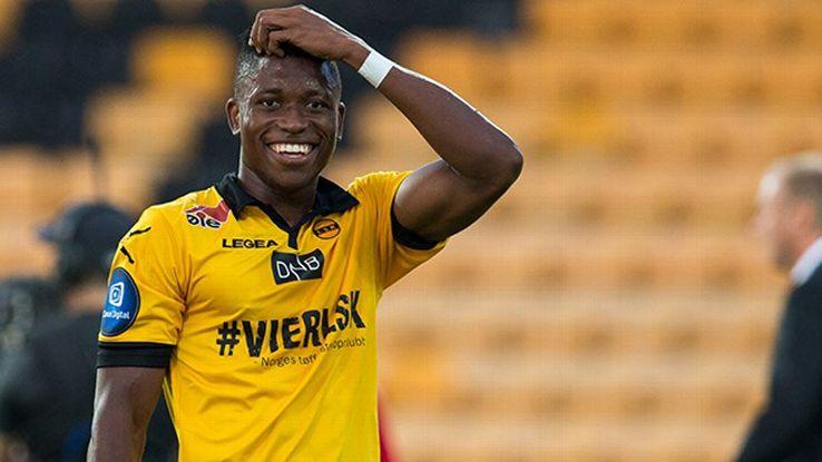 Un jugador marca un gol, recibe una agresión y se lleva la tarjeta amarilla. EFE/EPA