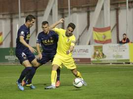 Futbolistas del Cádiz y el UCAM Murcia pelean por un balón dividido. Twitter