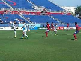 Futbolistas sub 23 de Argentina y Haití disputan un balón en el encuentro amistoso que enfrentó a ambas selecciones. AFA