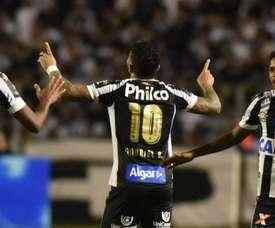 Gabigol celebra uno de sus goles ante Paraná con Santos en septiembre de 2018. Santos