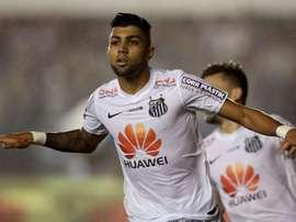 Santos consigue una nueva victoria y alcanza el cuarto puesto. AFP