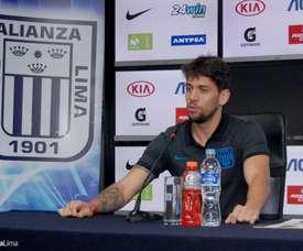 El futbolista (d) podría abandonar la disciplina peruana. Twitter/ClubALoficial