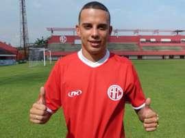 Gabriel Vasconcelos posa con la camiseta de su nuevo equipo, América de Rio. Twitter