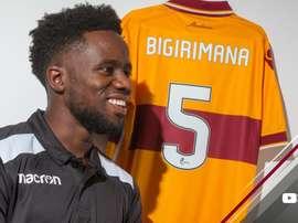 Gael Bigirimana firma con el Motherwell. MotherwellFC
