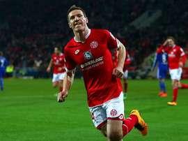 Gaetan Bussmann, lateral zurdo del Mainz, celebra el tanto que abría el marcador en el partido de Bundesliga ante el Schalke 04. Twitter