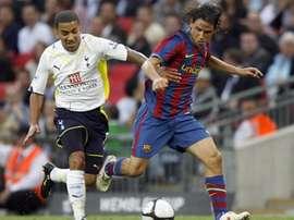 Gai Assulin pelea con Aaaron Lennon por un balón en su etapa en el Barcelona. AFP