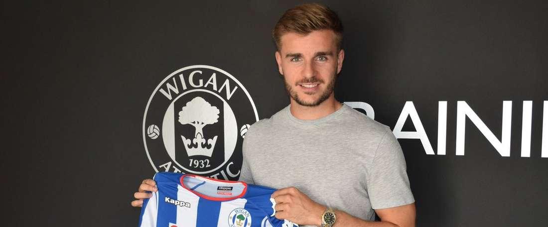 Garbutt posa con la camiseta del Wigan. Wigan
