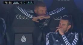 Alguma coisa teve bastante graça para Bale e Kroos no banco. Captura/beINSports