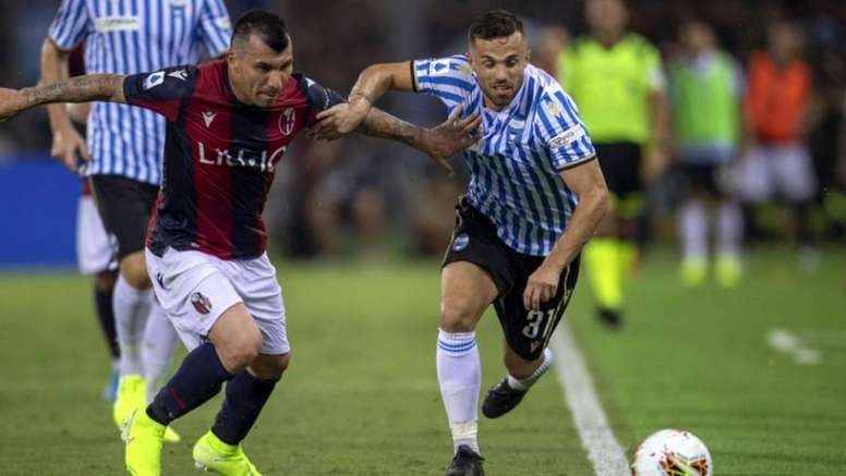 Medel (i) ya es uno más en el equipo. BolognaFC