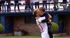 Gastón Fernéndez celebró el tanto abrazando a su hijo. TNTSports