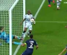Gelson Fernandes se metió un gol en propia puerta ante el PSG. Twitter