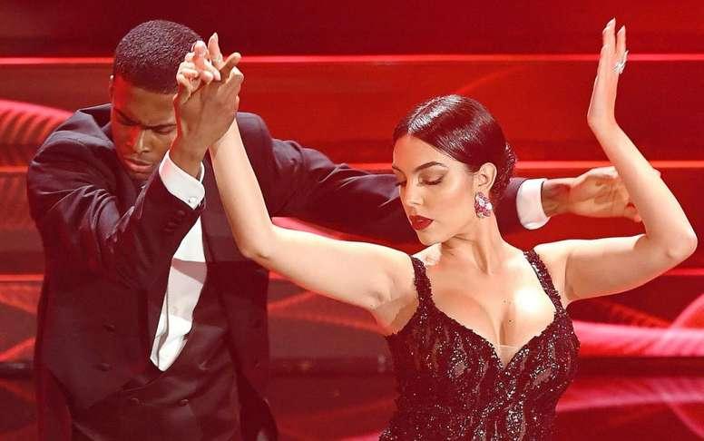 Georgina Rodriguez se apresentoun no Festival de San Remo dançando tango. Twitter