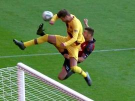 Pique does not think his handball was a penalty at Osasuna. Captura/Movistar