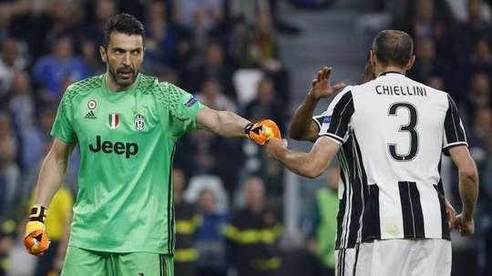 Gianluigi Buffon e Giorgio Chiellini prestes a renovar. AFP