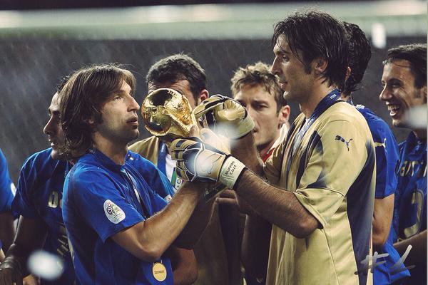 Gianluigi Buffon le pasa a Andrea Pirlo la Copa del Mundo de 2006. Twitter