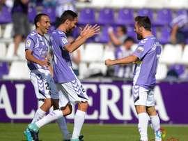 Gianniotas celebra su primer tanto de blanquivioleta con Míchel y Nacho. LaLiga