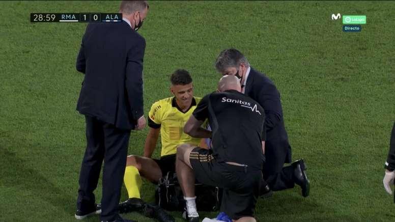 Gil Manzano se lesionó y fue sustituido por un prometedor árbitro. Captura/MovistarLaLiga