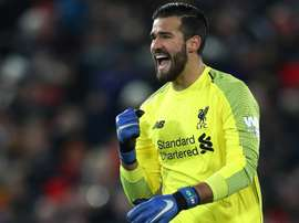 Alisson cantou músicas da claque do Liverpool. Goal