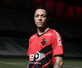 Athletico dá 'chapéu' em rivais e fecha com Adriano, ex-Barcelona