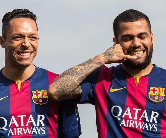 Parceiros na Espanha, Adriano e Dani Alves viram adversários no Brasil. AFP