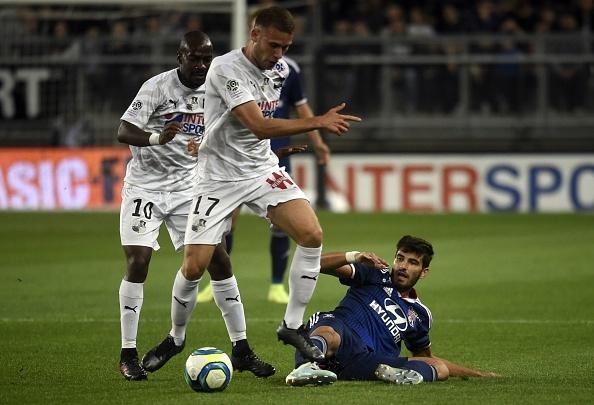 Bousculé et accroché, Lyon ne s'en sort plus. GOAL