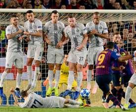 Croata da Inter que deitou no chão para bloquear falta do Barça. Goal