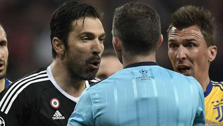Descubra o que Buffon disse ao árbitro.Goal