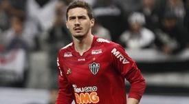 Bragantino tenta tirar Cleiton do Galo. Goal