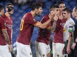 La protesta dei giocatori della Roma verso l'arbitro Collum. Goal