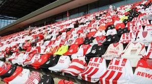 Colônia usa camisas e cachecóis para simular torcida na Bundesliga. EFE