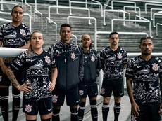 Retrospecto do Corinthians em inovar nas camisas não agrada aos fãs. Goal