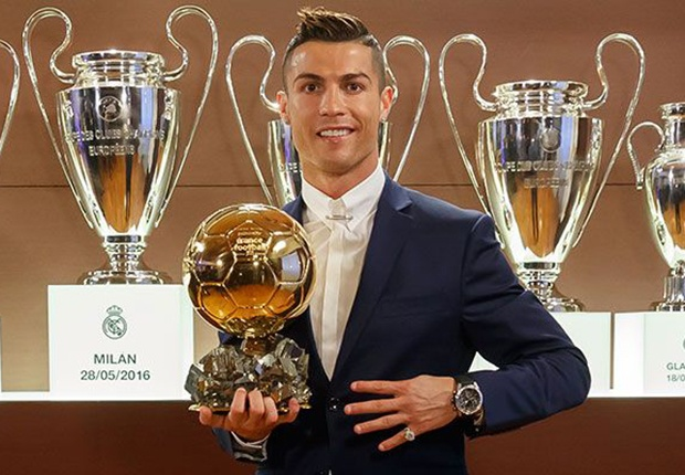 Cristiano Ronaldo posing with his trophy. Goal