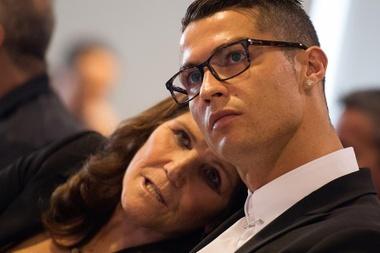 Mãe de Cristiano Ronaldo apoia escolha pela Juventus, mesmo desejando o Manchester United. Goal