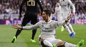 Ao cumprimentar o goleiro Diego López, ex-Real Madrid, Cristiano ironizou o cabelo dele. Goal