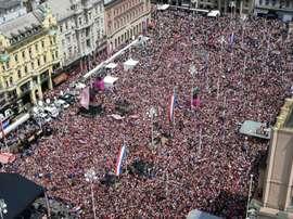 Uma multidão recebe os jogadores croatas, vice-campeões mundiais. Goal