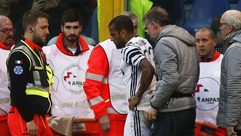 Daniel Alves fratura a perna esquerda e Juventus perde para Genoa.
