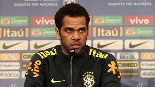 Dani Alves pede equilíbrio para uma seleção que ficou pra trás. Goal