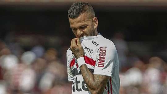 Dani Alves sofre em meio à irregularidade do São Paulo