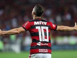 Com futuro incerto, Diego se derrete pelo Flamengo nas redes sociais.