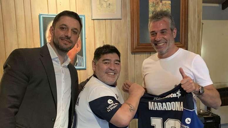 nuovi oggetti prezzo favorevole vende Maradona presentato dal Gimnasia: stadio pieno e sciarpe del ...