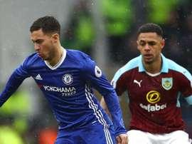Eden Hazard et Andre Gray dans un match de Premier League entre Chelsea et Burnley. AFP