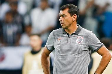 Com uniforme do Corinthians, Carille embarca com destino ao Brasil.