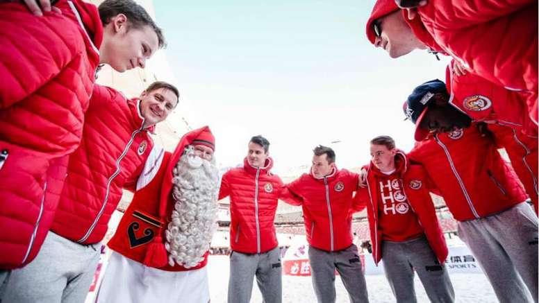 A equipe do Papai Noel foi até à China. Goal
