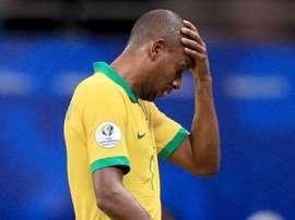 Brasil pode perder Fernandinho contra o Peru; Arthur se recupera após pisão.