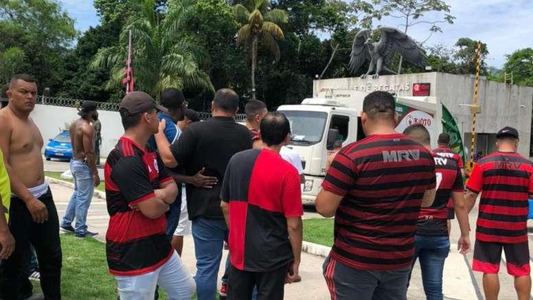Torcida do Flamengo protesta na porta do Ninho do Urubu. EFE