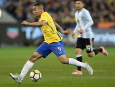 O atacante 'canarinho' saiu lesionado depois de choque com Otamendi. Goal