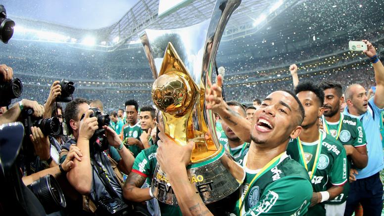 Gabriel Jesus comemorando a vitória no Campeonato Brasileiro.