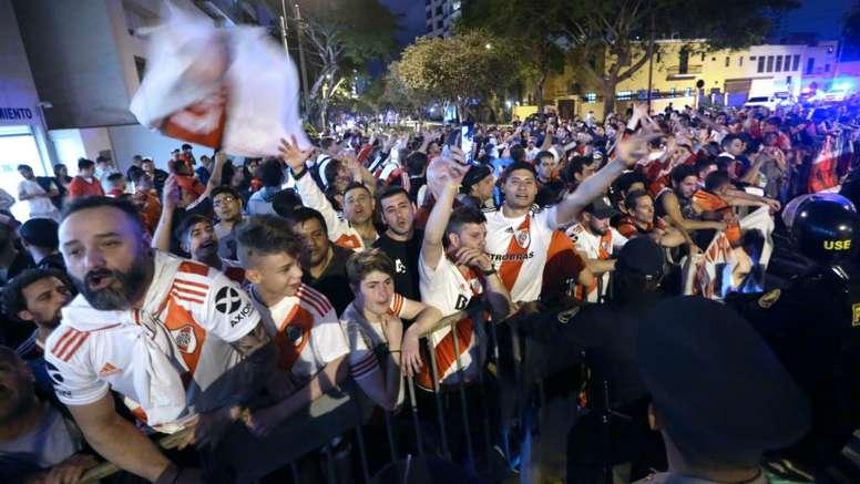 Racismo de torcida do River inicia briga no Peru. Goal