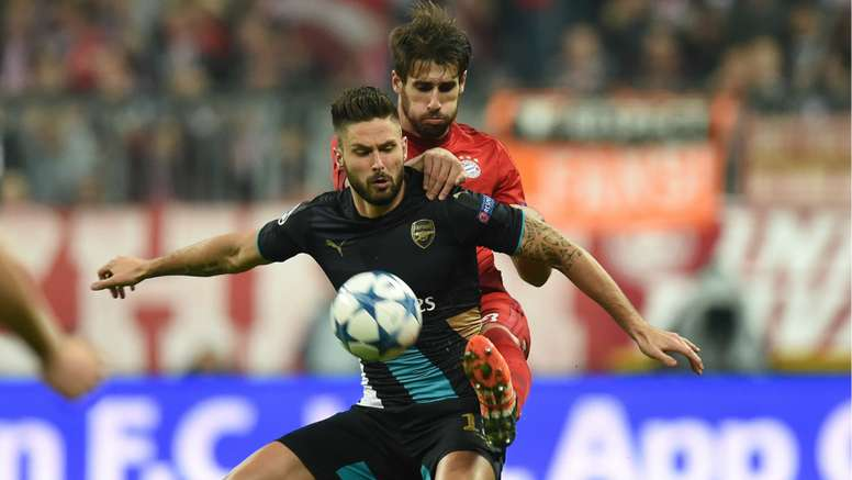Javi Martinez and Olivier Giroud battle for a ball in the 2014-15 Champions League. Goal